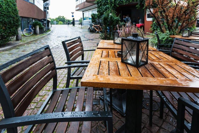 Lege houten natte lijst in openluchtkoffie royalty-vrije stock afbeeldingen