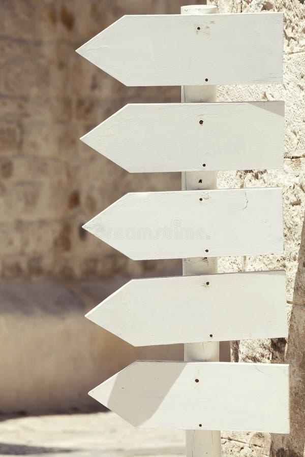 Lege houten pijltekens Links het richten openlucht royalty-vrije stock foto's