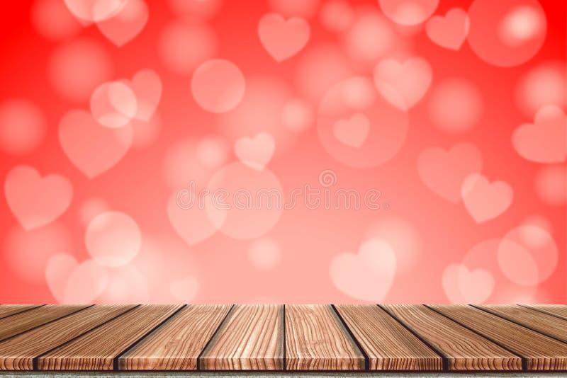 Lege Houten raads hoogste lijst voor vage rode hartachtergrond Perspectiefhout in de vage bokeh dag van de hartvalentijnskaart stock fotografie