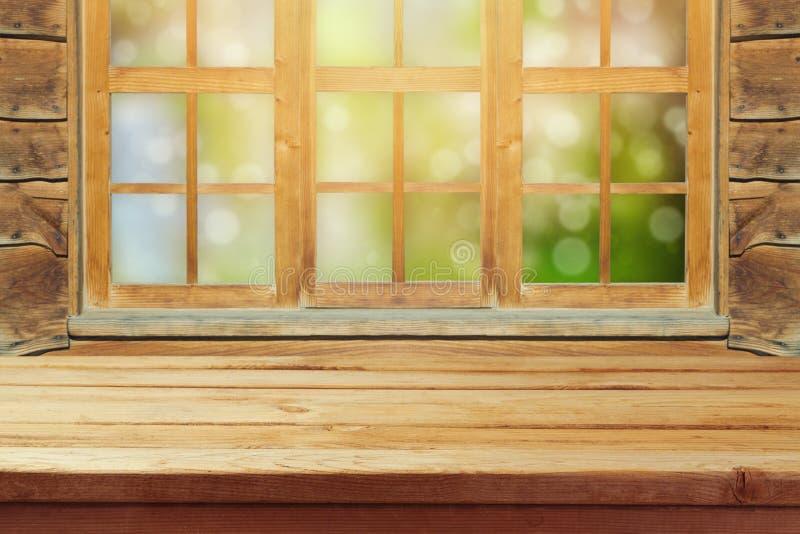 Lege houten rustieke lijst over venster en groene bokehachtergrond royalty-vrije stock afbeeldingen