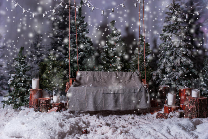 Lege houten schommeling met een deken boven de flitslichten in een sno stock foto
