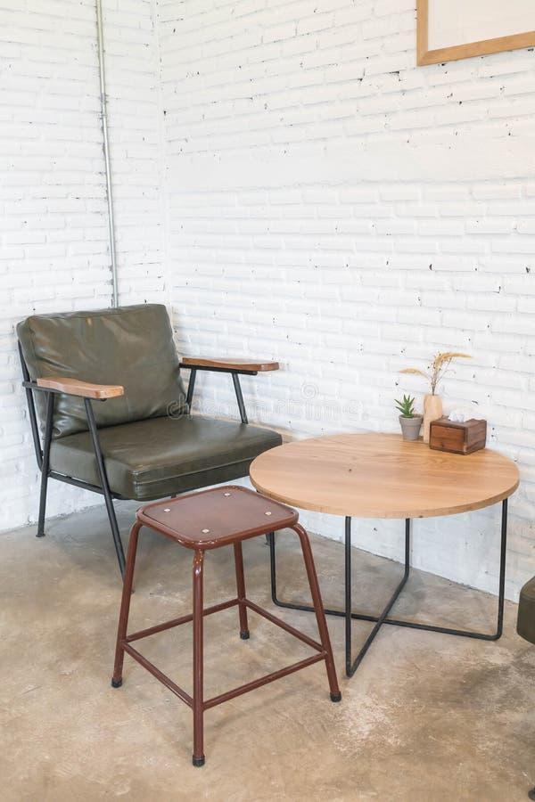 lege houten stoel in woonkamer royalty-vrije stock foto
