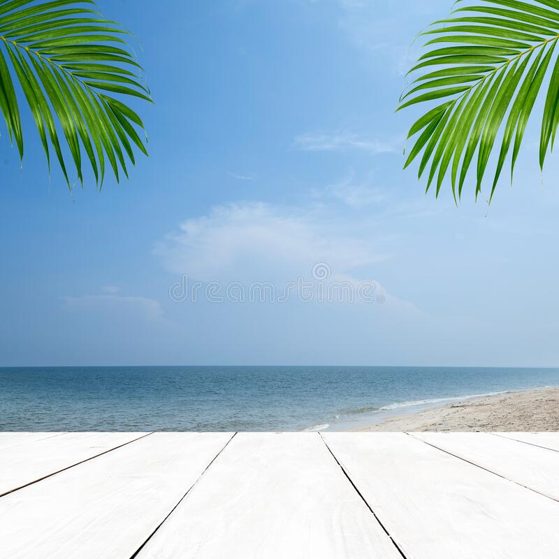 Lege houten tafel en tropische strandpalm stock foto