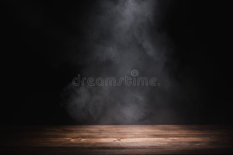 Lege houten tafel met rook royalty-vrije stock afbeelding
