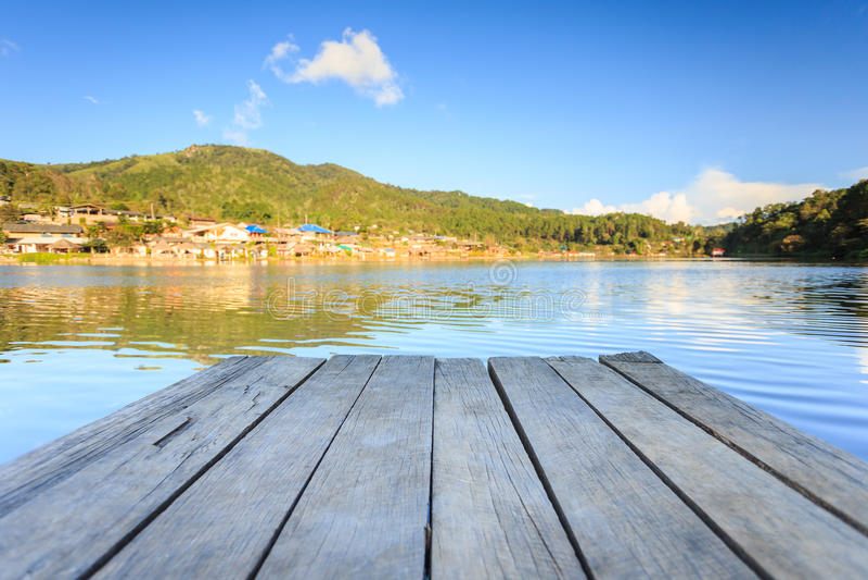 Lege houten vloer of het decking naast het meer stock foto's