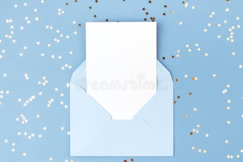 Lege kaart in blauwe envelop stock foto's