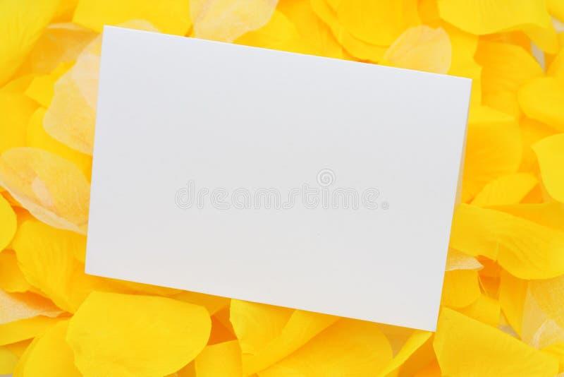 Lege kaart op bloemblaadjes stock afbeeldingen