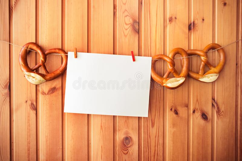 Lege kaart voor nota en pretzels die op drooglijn hangen stock foto