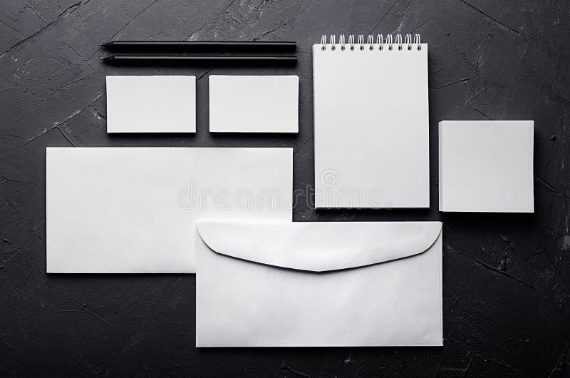 Lege kantoorbehoeften op elegante donkere grijze concrete textuur Collectief identiteitsmalplaatje Spot omhoog voor het brandmerk royalty-vrije stock foto