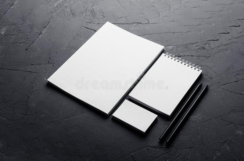 Lege kantoorbehoeften op elegante donkere grijze concrete textuur Collectief identiteitsmalplaatje Spot omhoog voor het brandmerk royalty-vrije stock fotografie