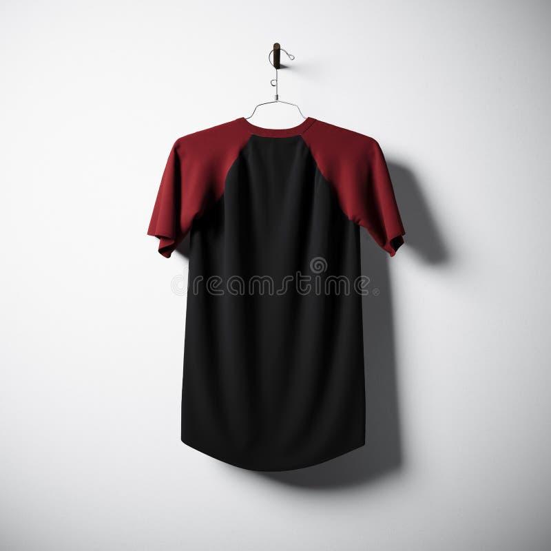 Lege katoenen t-shirt die van zwarte en groene kleuren in centrum lege concrete muur hangen Ontruim hoogst etiketmodel met stock foto