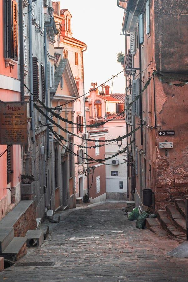 Lege Keistraten in de kuststad van Piran, Slovenië royalty-vrije stock foto's