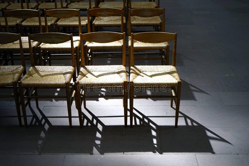 Lege kerkstoelen royalty-vrije stock fotografie