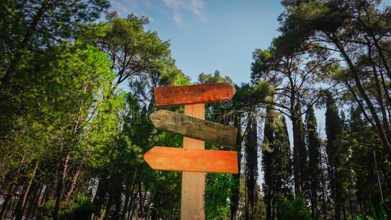 Lege kleurrijke die verkeersteken op aardachtergrond worden geïsoleerd Drie uithangbord, houten materiaal royalty-vrije stock foto