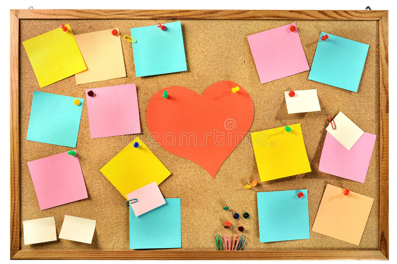 Lege kleurrijke document nota's, bureaulevering en rood document hart op cork berichtraad. stock foto