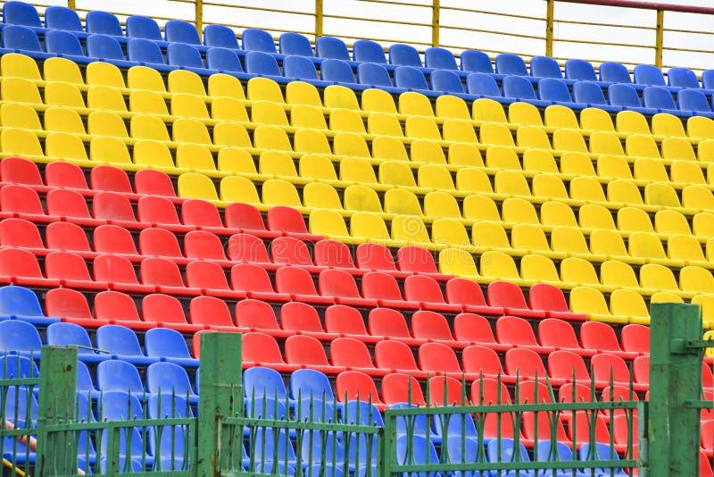 Lege kleurrijke zetels in de tribunes van het stadion Het concept het eind, het begin van de gelijke, de concurrentie Het eind va royalty-vrije stock foto's