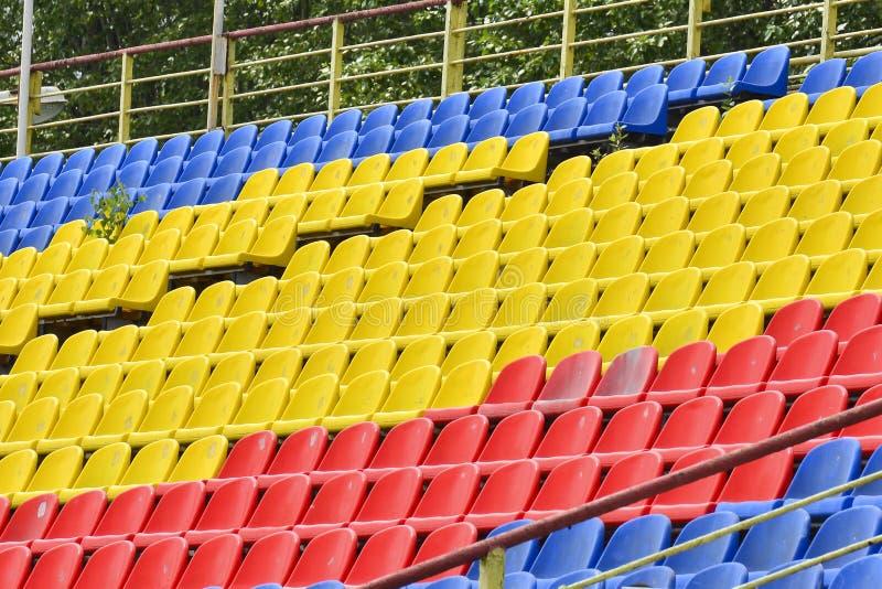 Lege kleurrijke zetels in de tribunes van het stadion Het concept het eind, het begin van de gelijke, de concurrentie Het eind va royalty-vrije stock foto