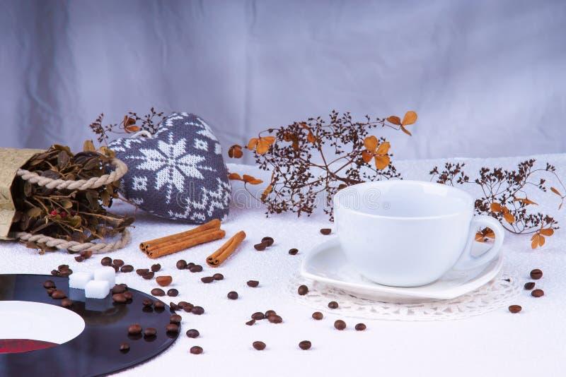 Lege koffiekop onder van het koffiebonen en hart vorm royalty-vrije stock foto