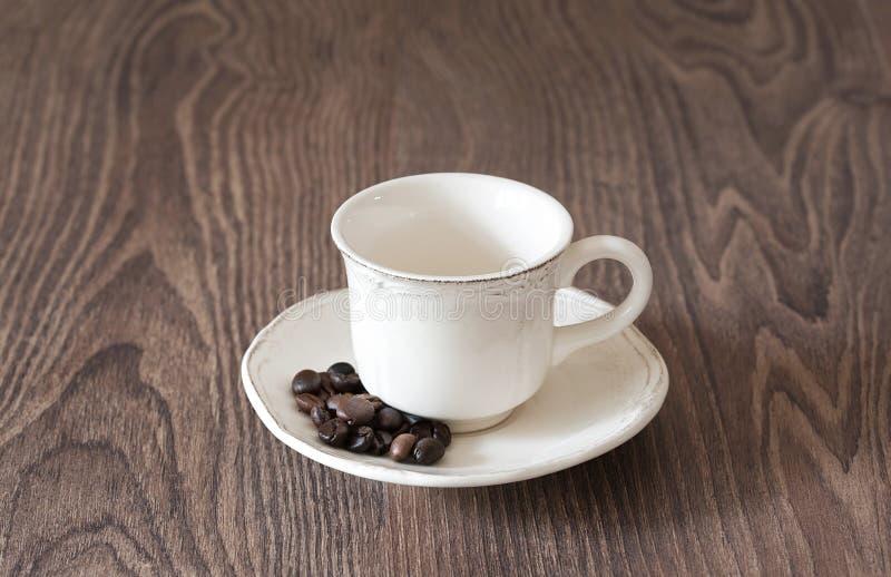 Lege koffiekop op houten royalty-vrije stock afbeeldingen