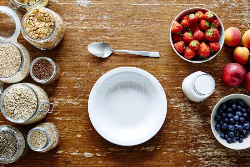 Lege kom op het organische graangewas van de mueslibar en vers gezond fruit stock afbeelding