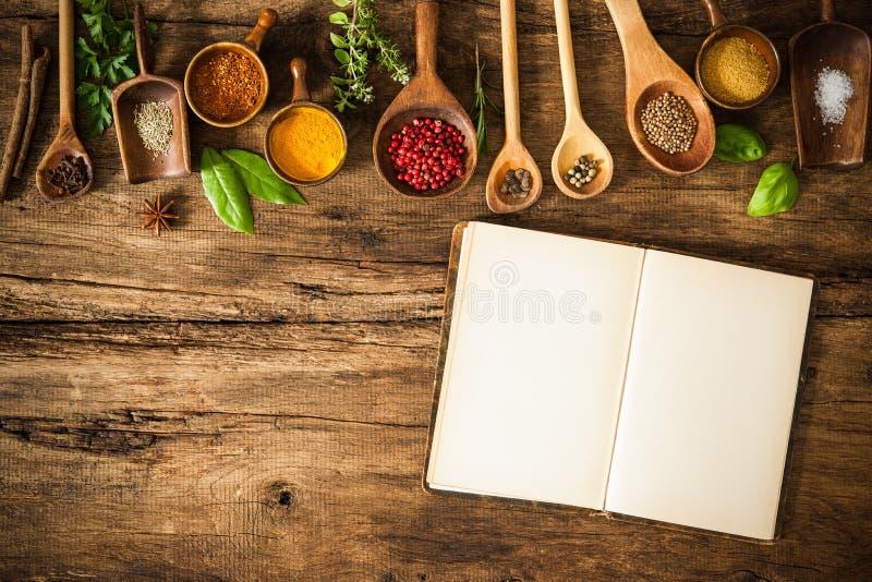 Lege kookboek en kruiden stock fotografie
