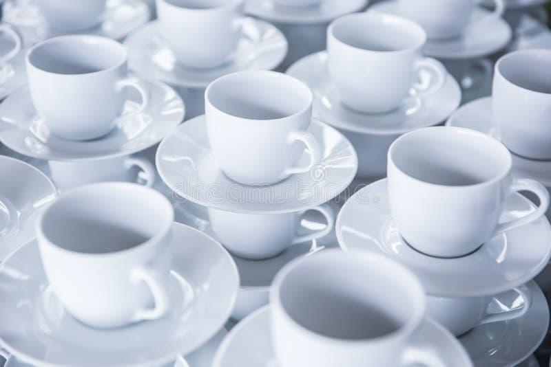 Lege koppen van koffie of thee klaar om voor de gasten op gebeurtenissen of conferenties te breken stock foto's