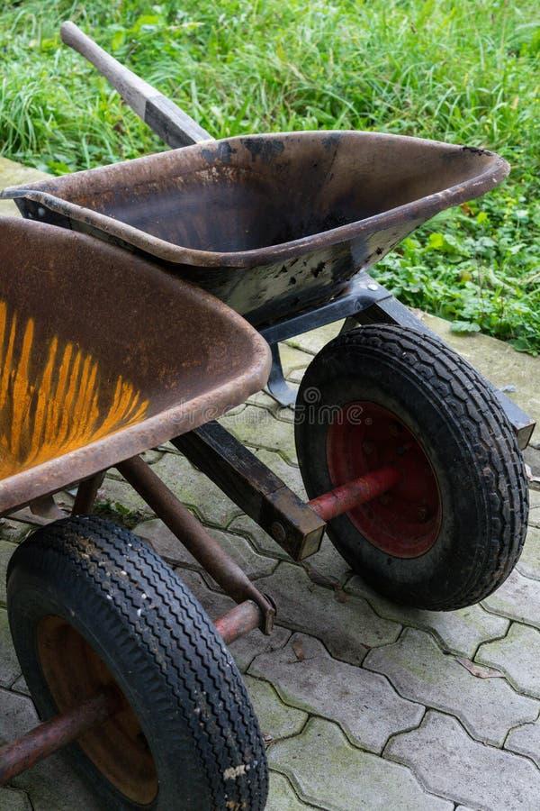 Lege kruiwagen voor het tuinieren en bouwwerkzaamheid royalty-vrije stock afbeeldingen