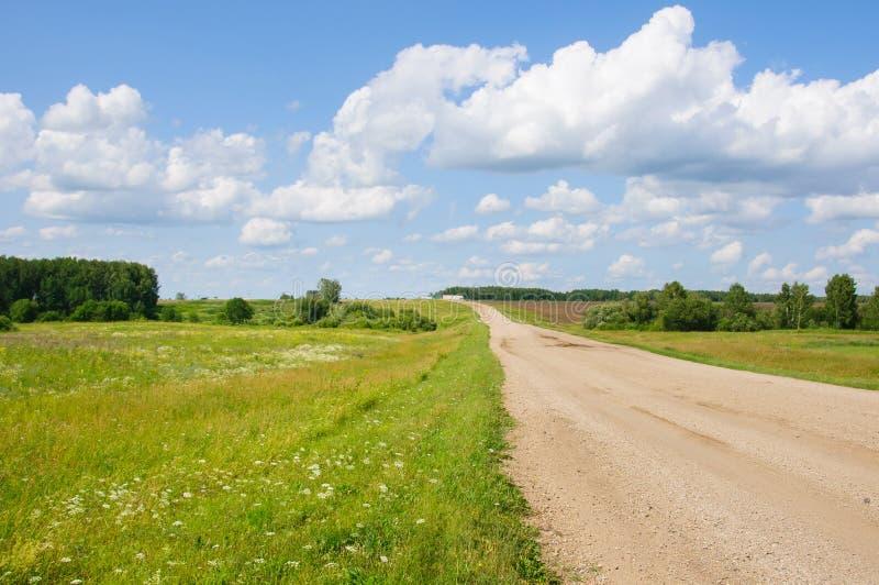 Lege landweg in platteland bij de zomerdag stock foto