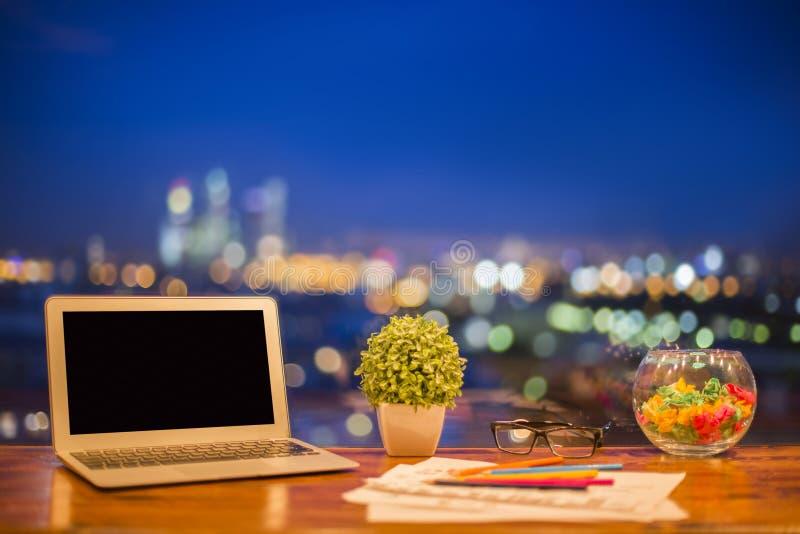 Lege laptop bij nacht stock afbeeldingen