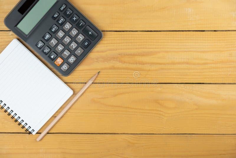Lege laptop en rekenmachine en potlood op houten bureau, kopieerruimte, bovenaanzicht achtergrond stock foto