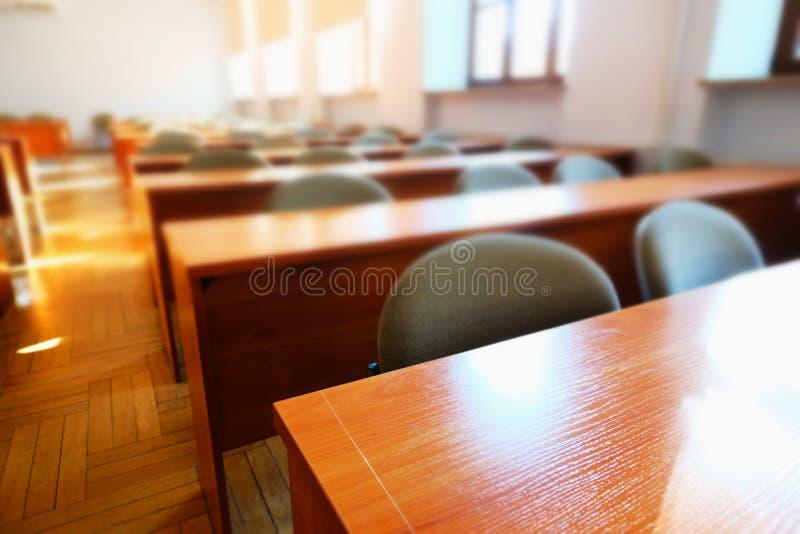 Lege lezingszaal bij universiteit stock afbeelding
