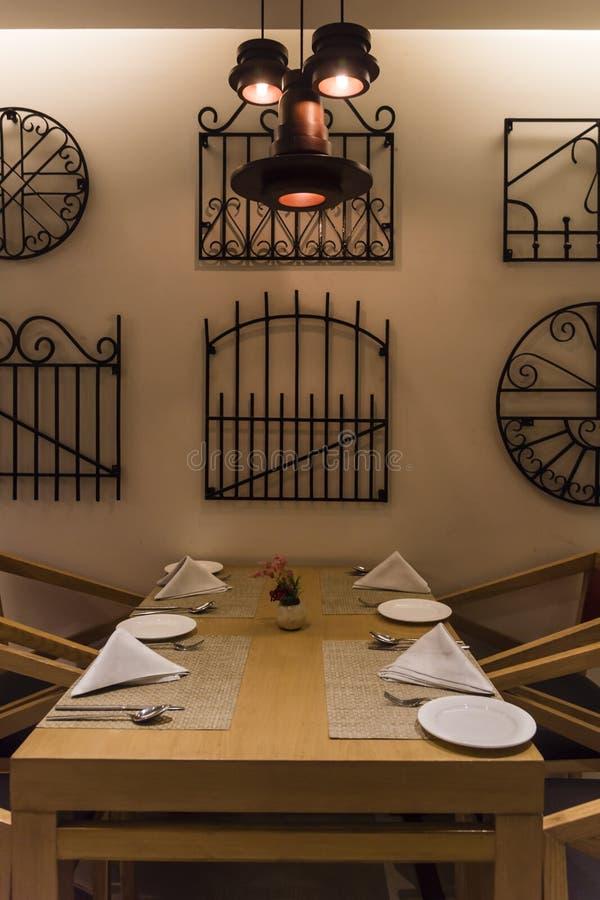 Lege lijst bij een restaurant royalty-vrije stock afbeeldingen
