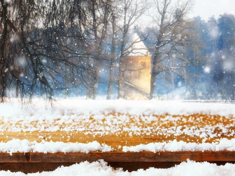 Lege lijst coverd met sneeuw voor de dromerige en magische achtergrond van het de winterlandschap voor de montering van de produc stock afbeelding