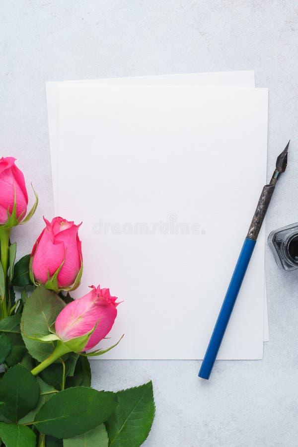 Lege lijst van document, roze rozen, pen en inkt De brief van de liefde royalty-vrije stock fotografie