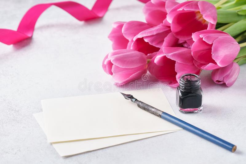 Lege lijst van document, roze tulpeninkt en pen De ruimte van het exemplaar stock afbeelding
