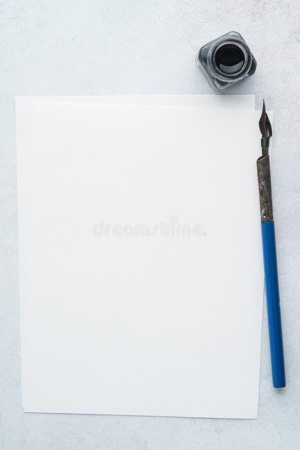 Lege lijst van document voor brief, uitstekende pen en inkt Vlak leg royalty-vrije stock afbeelding