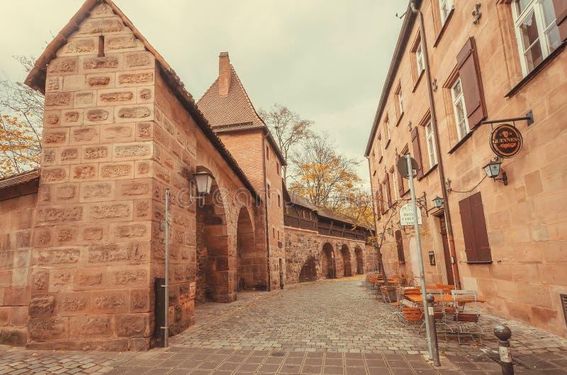 Lege lijsten van outddorkoffie binnen historische stadsbakstenen muren stock fotografie