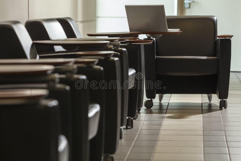 Lege Luchthavenplaatsing en Laptop royalty-vrije stock afbeelding