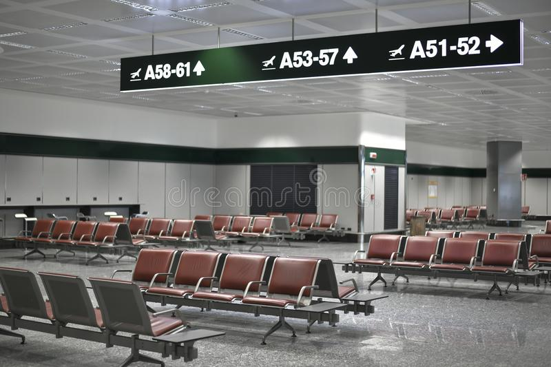 Lege luchthavenwachtkamer met aanwijzingen aan poorten stock afbeeldingen