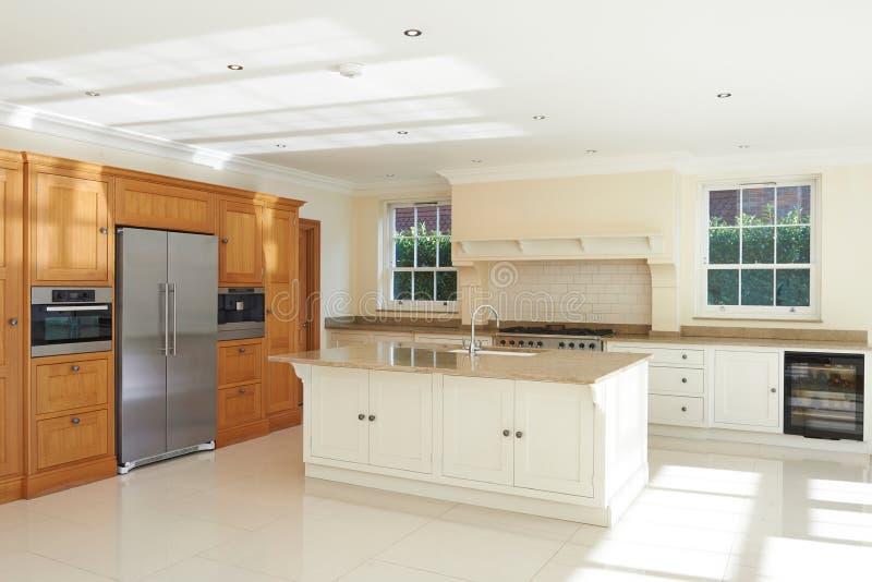 Lege Luxe Gepaste Keuken in Mooi Huis stock afbeeldingen