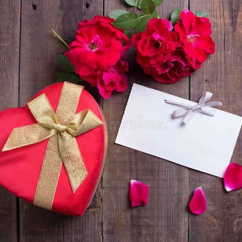 Lege markering, verse rode rozen en giftdoos royalty-vrije stock foto