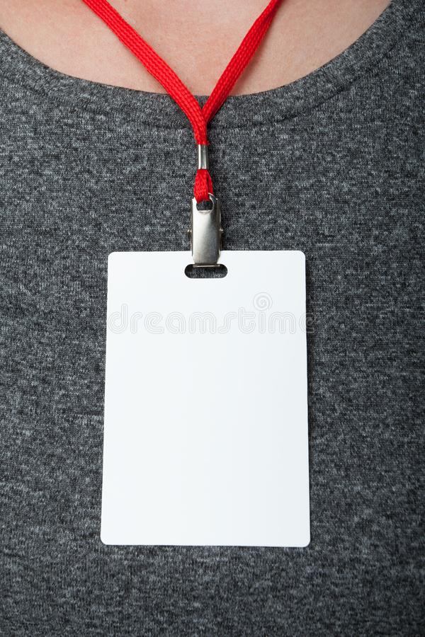 Lege markeringsidentiteitskaart op grijze kledingsachtergrond r verticaal stock fotografie