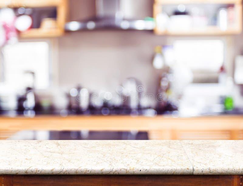 Lege marmeren lijstbovenkant en vaag keuken bokeh licht in backgr stock afbeelding