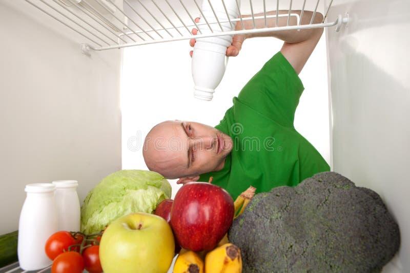 Lege mikfles in koelkast royalty-vrije stock afbeeldingen