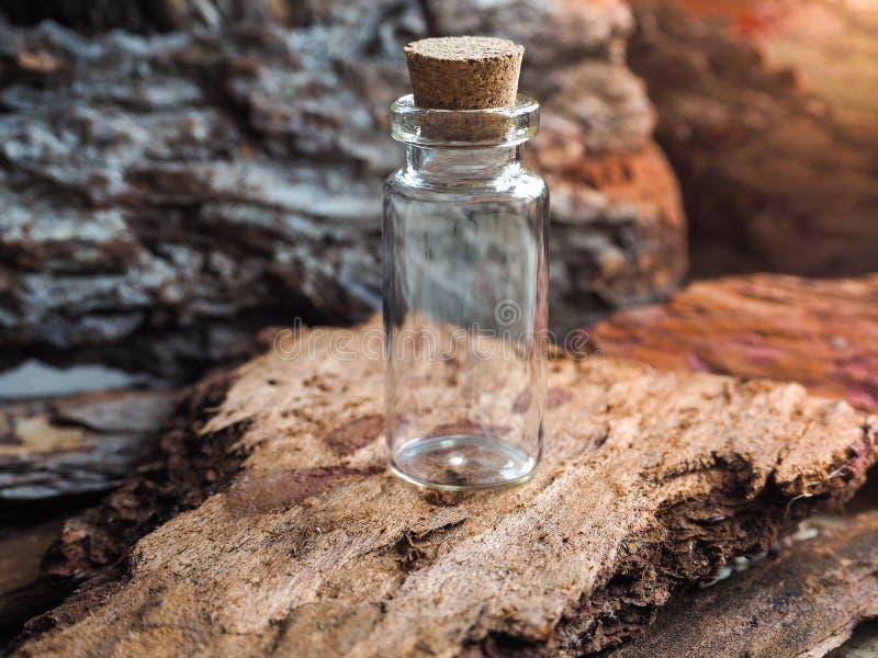 Lege minifles voor etherische oliën en geneesmiddelen stock foto's