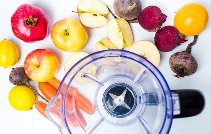 Lege mixer en divers fruit voor het maken van een smoothie stock afbeeldingen