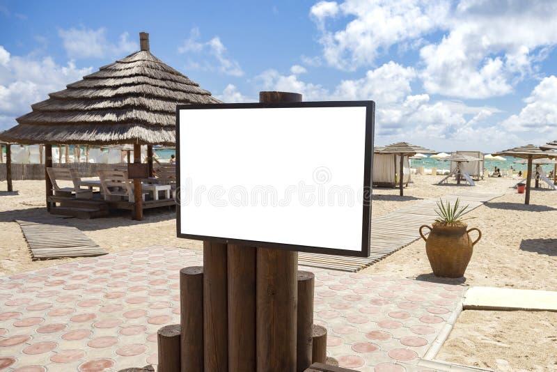 Lege model openlucht reclame met exemplaarruimte op strand dichtbij t stock fotografie