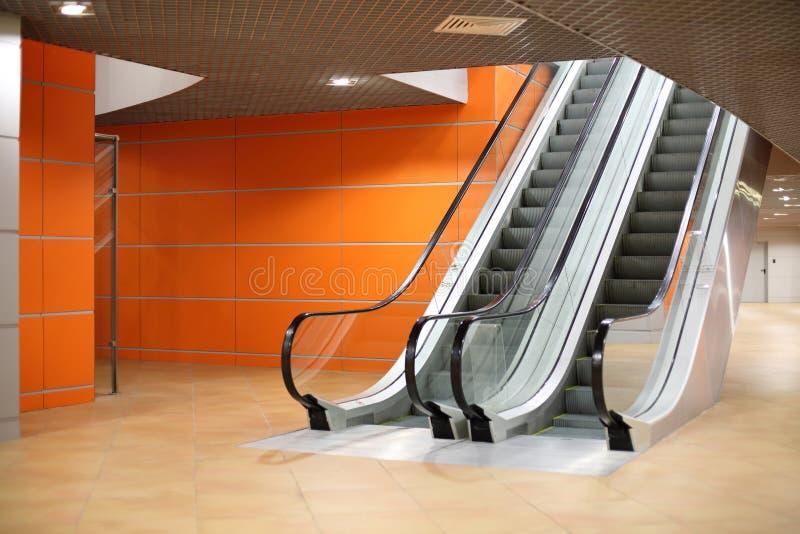 Lege moderne grote zaal met roltrap in paviljoen MosExpo royalty-vrije stock foto's