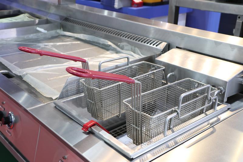 lege moderne professionele braadpanmand in keukenrestaurant; Voedsel Industy royalty-vrije stock foto's