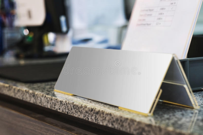 Lege naamplaat op bureau in bureau royalty-vrije stock foto's